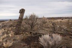 Overgehelde omheining die onvruchtbare landbouwgronden beschermen royalty-vrije stock foto's