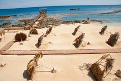 Overgehelde palmbladparaplu's op het zandige strand van Constantia in Famagust Royalty-vrije Stock Fotografie