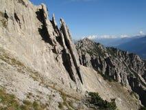 Overgehelde rotsplakken in bergen Royalty-vrije Stock Fotografie