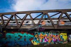 Overground pociągu bieg post podczas gdy krzyżujący most Zdjęcia Royalty Free