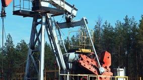 Overground przejażdżka dla odwzajemnia tłokowej pompy w szybie naftowym zbiory wideo