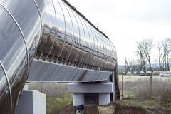 Overground som korsar över järnvägspår arkivfoto