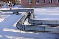 Overground upału drymby Rurociąg above ziemia, prowadzi upał dla ogrzewać miasto Zima śnieg zdjęcie royalty free