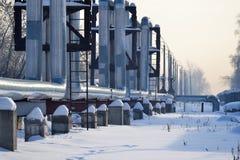 Overground värmerör Ovannämnd jordning för rörledning som för värme för att värma staden Vinter snow arkivbilder