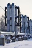 Overground värmerör Ovannämnd jordning för rörledning som för värme för att värma staden Vinter snow royaltyfri fotografi