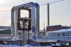 Overground värmerör Ovannämnd jordning för rörledning som för värme för att värma staden Vinter snow arkivfoto