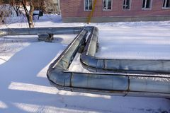 Overground-Wärmerohre Rohrleitung über Boden, Leithitze für die Heizung der Stadt Winter schnee lizenzfreies stockfoto