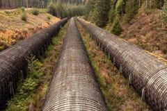 Overground Wodne drymby przy Hydroelektryczną elektrownią na Pogodnym letnim dniu, łoś Spadają Campbell rzeka, BC, Kanada zdjęcie stock