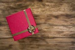 Overhaed射击了在木背景的红色礼物盒 免版税库存照片