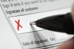 Overhandig het ondertekenen van contract Stock Afbeeldingen