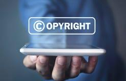 Overhandig holdingstablet auteursrecht Intellectuele eigendom stock foto