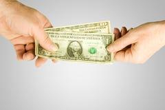 Overhandigend geld Stock Foto