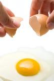 Overhandigt Brekend Ei stock afbeelding