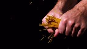 Overhandigt brekende spaghetti in de helft stock videobeelden