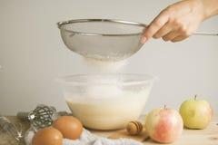 Overhandigt de close-up jonge vrouw ` s pourring melk, makend pastei, cake Vrouwelijk kokend deeg voor pastei op houten lijst Pre royalty-vrije stock afbeeldingen