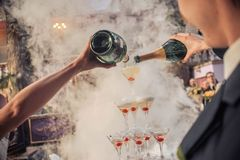 Overhandigt gietende champagne royalty-vrije stock fotografie