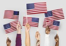 Overhandigt golvende vlaggen van de Verenigde Staten royalty-vrije stock foto