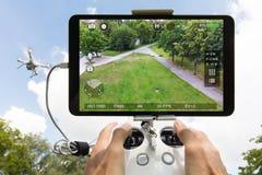 Overhandigt het controleren het park van de hommelfilm tegen bewolkte hemel stock foto's