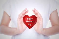 Overhandigt het de dag Rode hart van de gelukkige moeder op vrouw geïsoleerd lichaam Royalty-vrije Stock Foto
