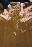 Overhandigt het grijpen muntstukken stock afbeelding