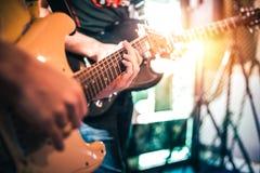 Overhandigt het spelen gitaar op het stadium, sluiten omhoog stock afbeeldingen