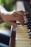 Overhandigt het spelen piano royalty-vrije stock foto's
