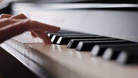 Overhandigt het spelen piano stock video
