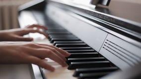 Overhandigt het spelen piano stock videobeelden