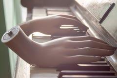 Overhandigt het spelen piano abstracte kunstobjecten muziek royalty-vrije stock afbeeldingen