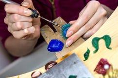 Overhandigt het werk juwelier op de workshop van de juwelier, handwork Stock Fotografie