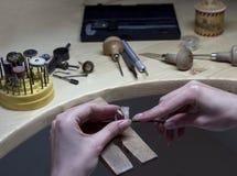 Overhandigt het werk juwelier op juwelier` s workshop, handwork Royalty-vrije Stock Afbeelding