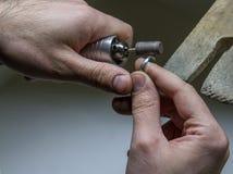 Overhandigt het werk juwelier op juwelier` s workshop, handwork Royalty-vrije Stock Afbeeldingen