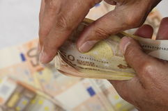 overhandigt hodling bundel van vijftig euro Stock Foto's