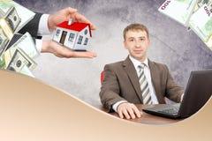 Overhandigt offerring huis aan zakenman Royalty-vrije Stock Afbeelding