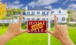 Overhandigt Ontwerpen Verkocht voor het Teken en het Huis van Verkoopreal estate Royalty-vrije Stock Afbeelding