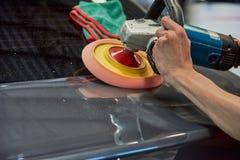 Overhandigt Oppoetsende Auto met Roterend Autopoetsmiddel royalty-vrije stock fotografie