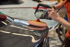 Overhandigt Oppoetsende Auto met Roterend Autopoetsmiddel royalty-vrije stock afbeelding