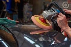 Overhandigt Oppoetsende Auto met Roterend Autopoetsmiddel royalty-vrije stock foto's