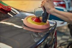 Overhandigt Oppoetsende Auto met Roterend Autopoetsmiddel stock fotografie