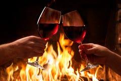 Overhandigt roosterende wijnglazen royalty-vrije stock foto's