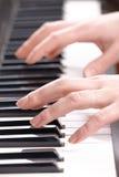 Overhandigt speelmuziek op de piano Royalty-vrije Stock Fotografie