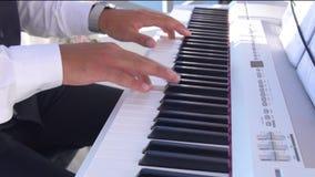 Overhandigt speelmuziek op de piano, de handen en de pianospeler, toetsenbord stock video