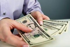 Overhandigt tellend geld Stock Foto