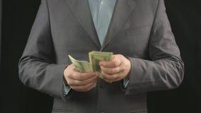 Overhandigt tellende dollars, geld die, economie, besparingen, succes maken stock videobeelden
