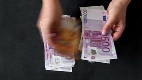 Overhandigt tellende eurorekeningen van verschillende waarden Euro contant geldgeld stock footage