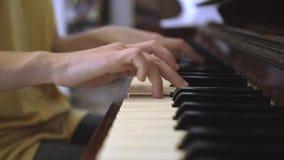 Overhandigt thuis het spelen piano stock videobeelden