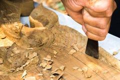 Overhandigt woodcarver terwijl het werken met de hulpmiddelen Royalty-vrije Stock Fotografie