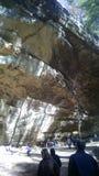 Overhangende klip Stock Afbeeldingen