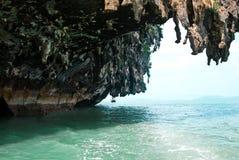 Overhangende klip boven het overzees Stock Foto