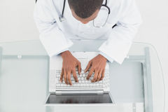 Overhead view of a male doctor using laptop Royalty Free Stock Photography